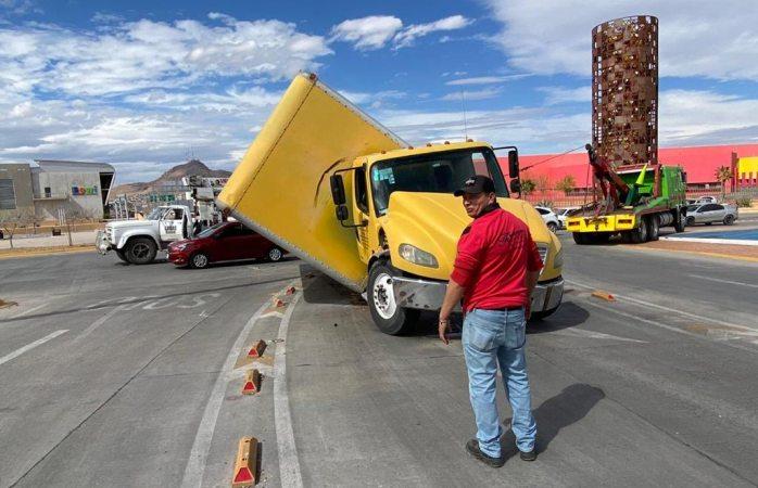 Vuelca camión de carga sobre juan pablo II y prolongación pacheco