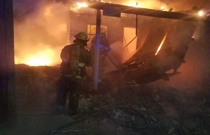 Arden dos fincas abandonadas