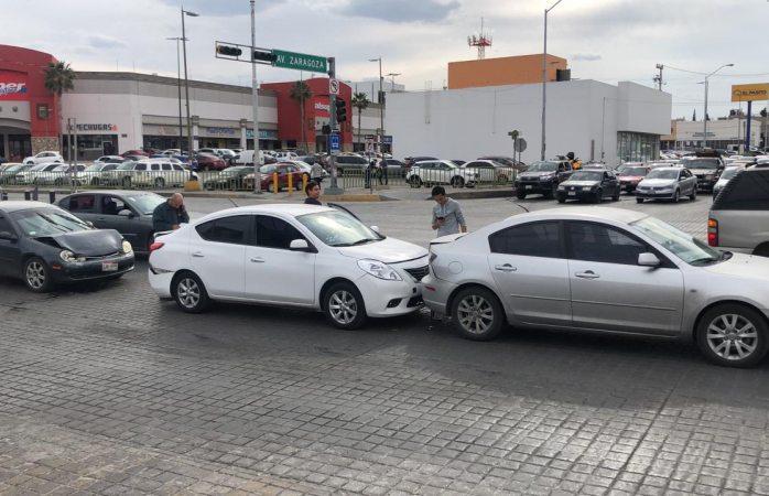 Se impactan tres vehículos en avenida Vallarta
