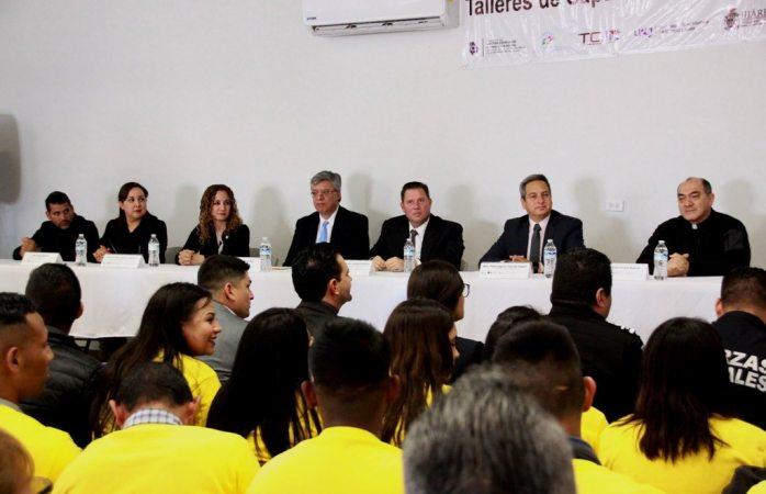 Felicita Armando Cabada a graduados del taller de capacitación juvenil