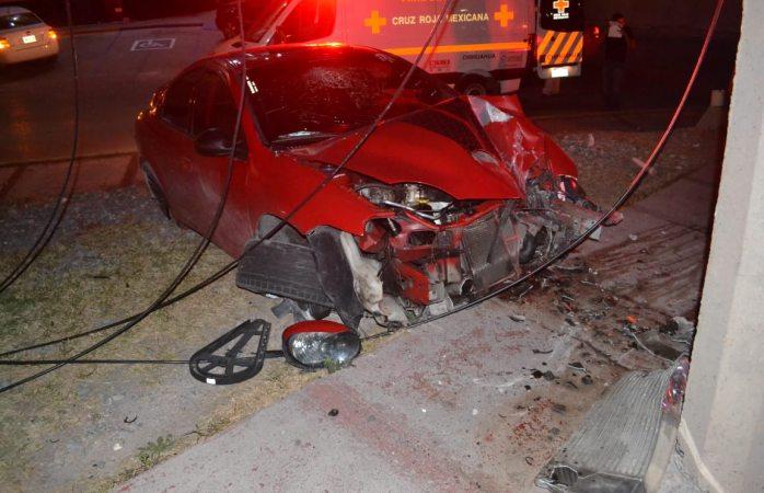 Dos jóvenes heridos tras impactar su vehículo contra poste en la Ignacio Rodríguez
