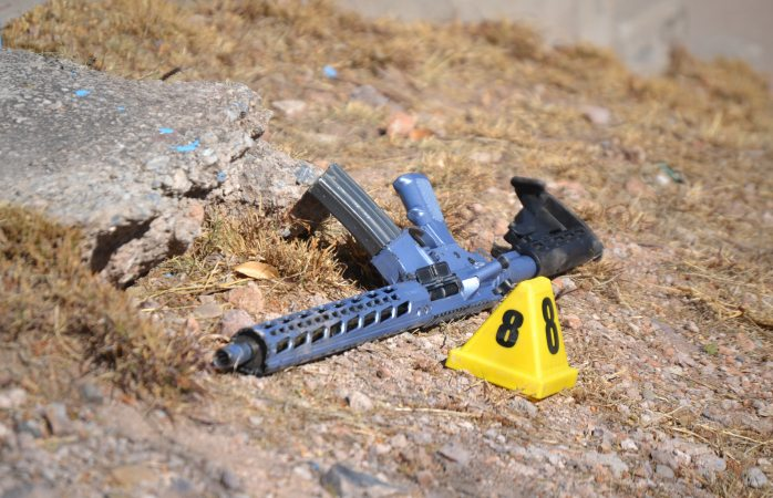 Dispararon a mujer policía con armas largas