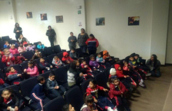 Visitan niños de kinder instalaciones de bomberos