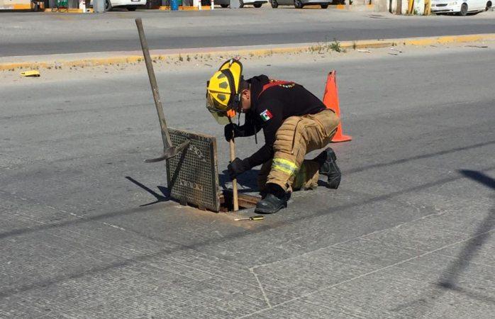 Revisan bomberos hidratantes en colonia Sara Lugo