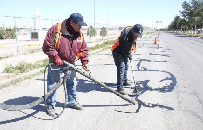 Dan seguimiento a trabajos de calafateo en avenida Heroico Colegio Militar