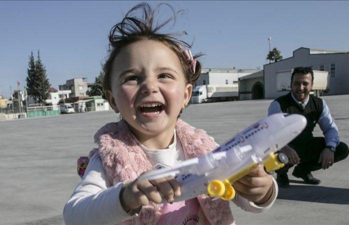 Niña que padre enseñó a reírse de las bombas escapa de la guerra en Siria