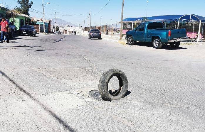 Con llanta alertan a automovilistas de alcantarilla dañada