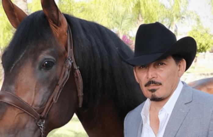 Hijo de Joan Sebastian se cae de caballo durante un concierto