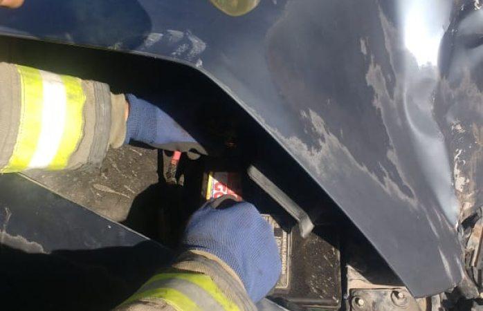 Auxilian bomberos a conductor de un accidente vehicular