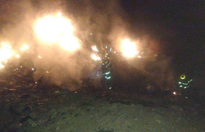 Sofocan bomberos incendio en un lote baldío
