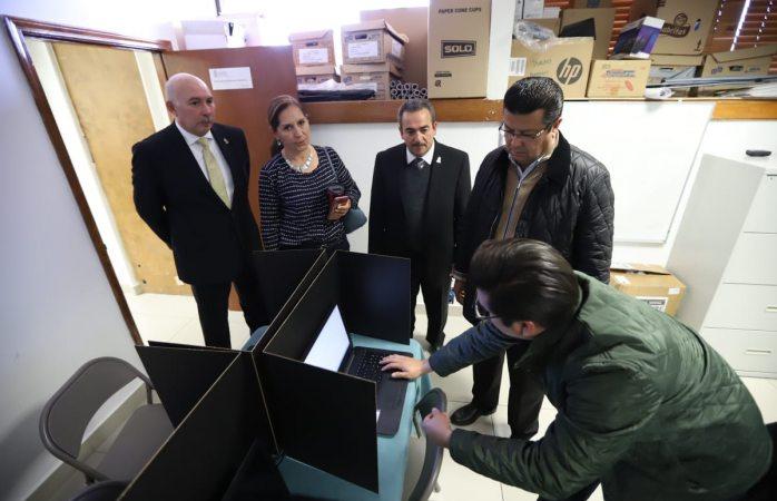 Presentan a alcalde área donde se instalaron computadoras para migrantes retornados