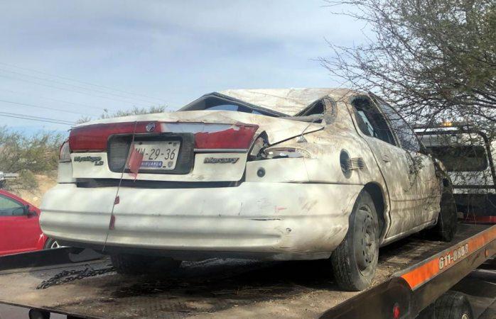 Choque con volcadura deja daños en 2 autos en la salida a aldama