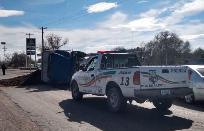 Por falta de frenos vuelca camión con toneladas de estiércol en Julimes