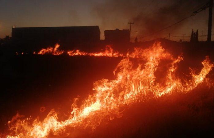 Se prende en llamas lote baldío
