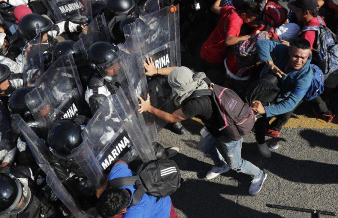 Se enfrenta guardia nacional con caravana migrante