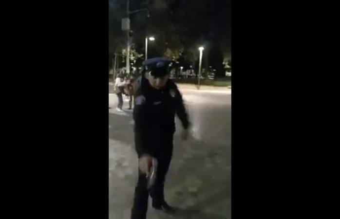 Policía saca su pistola y amenaza con dispararle a un perro que le ladraba (VIDEO)