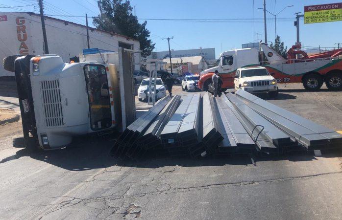Vuelca camión de carga en rúa cuauhtémoc