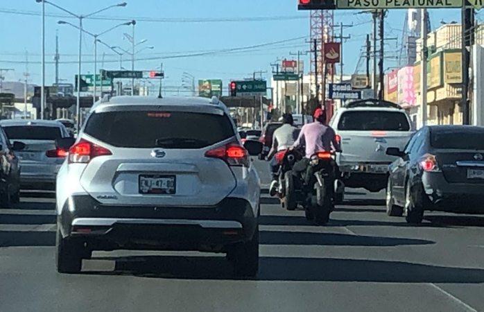 Captan a jóvenes motociclistas sin casco