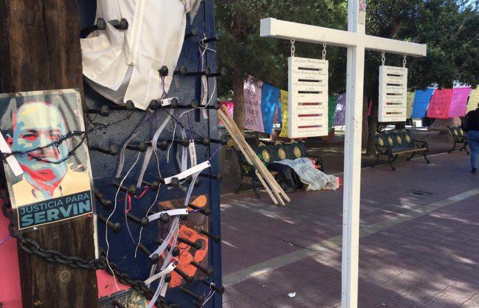 Colocan tendedero de poemas y aforismos de servín en plaza hidalgo