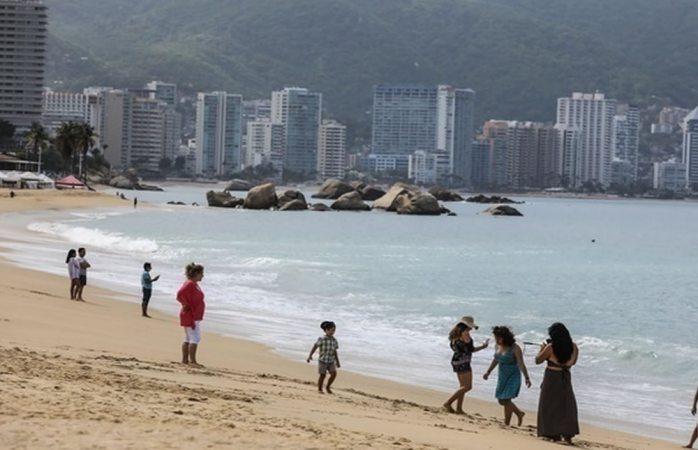 Playas de Acapulco reabren con restricciones tras meses cerradas por covid