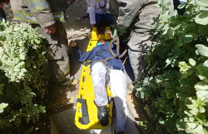 Rescatan bomberos a mujer que cayó en una fosa
