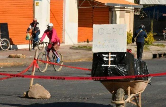 Dejan a media calle ataúd con muerto por covid en bolivia