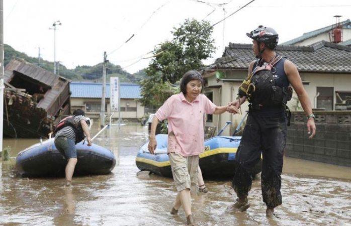 Evacúan a miles en japón por lluvias torrenciales
