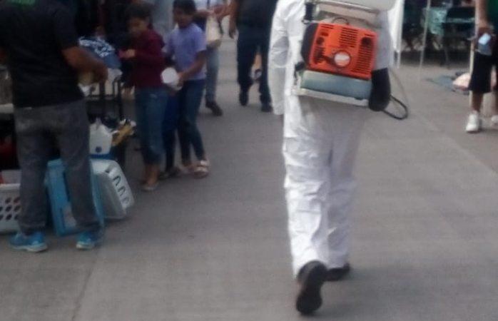 Sanitizan empleados de municipio mercado de la 4a