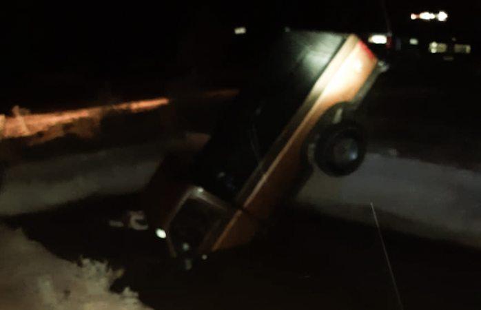 Cae a canal y abandona camioneta