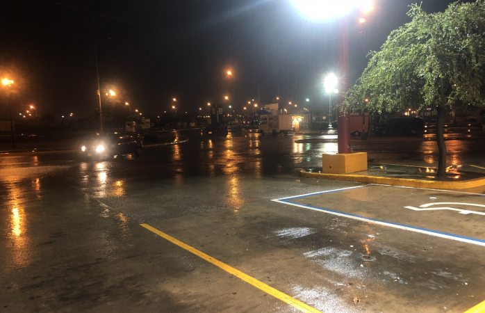 Sorprende fuerte lluvia a conductores y encharca vialidades principales