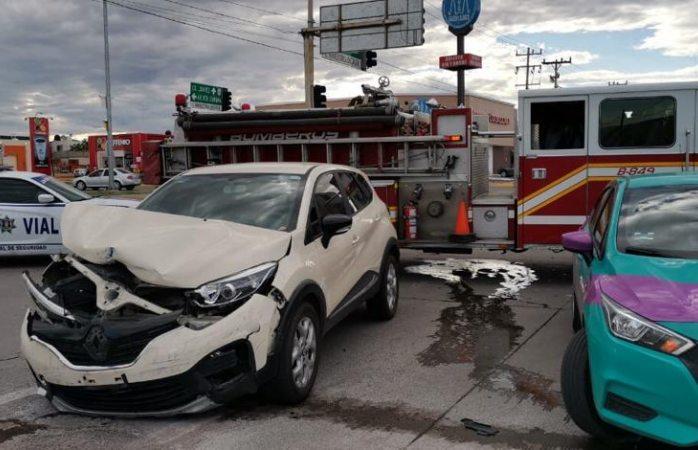 Queda atrapada en auto durante choque