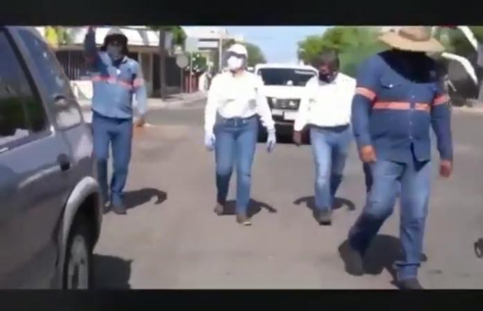 Tunde vecina a alcaldesa de hermosillo por recoger basura en calle con baches