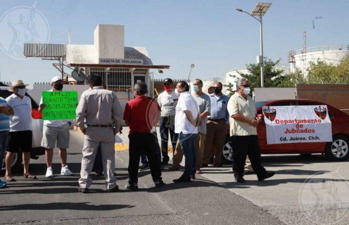 Protestan jubilados de pemex frente a instalaciones