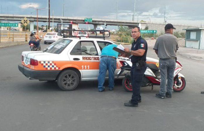 Choque de taxi y motoneta deja mujer lesionada