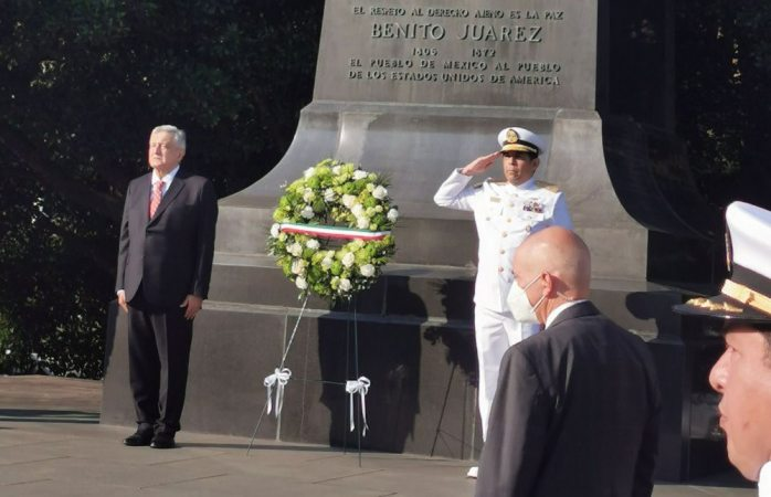 Amlo rinde tributo a estatua de Juárez y Lincoln en Washington