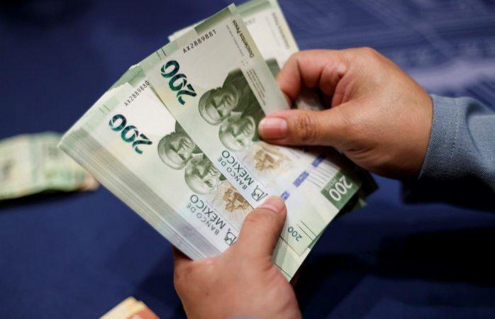 Peso cierra en 22.89 por dólar ante desarrollo del covid-19