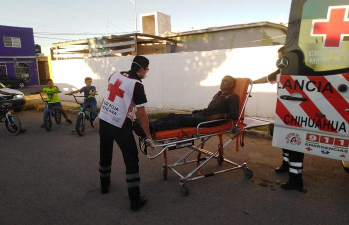 Trasladan a hospital a adulto mayor tras ser arrollado por vehículo