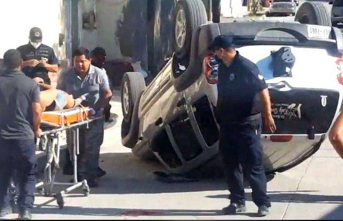 Queda lesionada al volcar en su camioneta