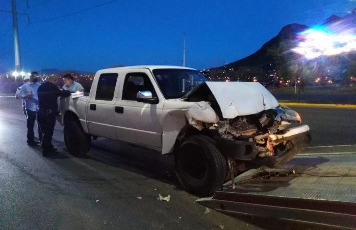Destroza empleado de municipio pickup contra pipa
