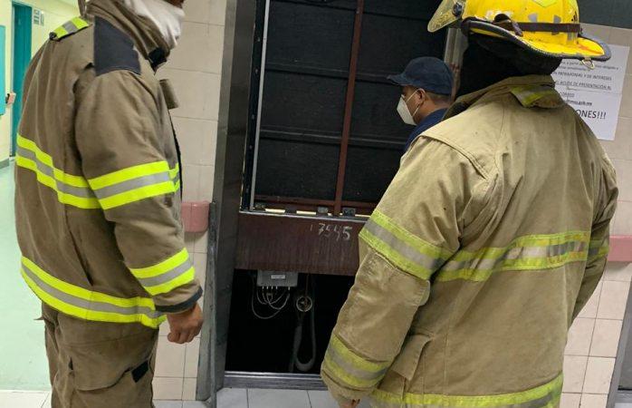Auxilian bomberos a personas atrapadas en elevador