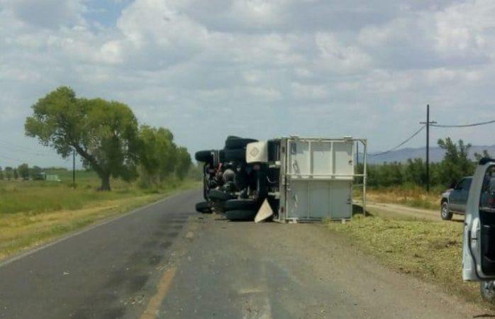 Vuelca camión cargado de silo en Saucillo
