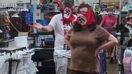 Una pareja usa máscaras faciales con bandera nazi en Walmart