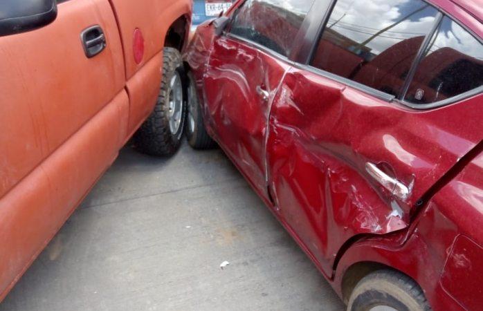 Vehículo se pone en movimiento, choca y atropella a propietario