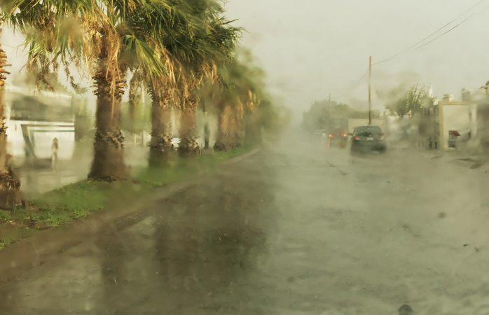 Cae leve granizo y copiosa lluvia en Delicias