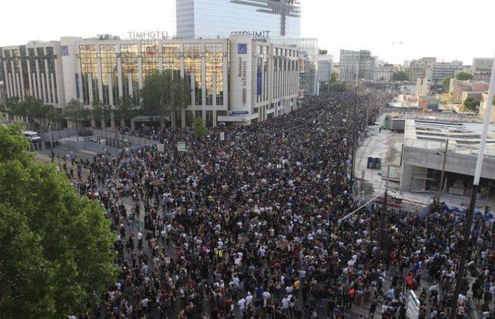 Miles protestan en Francia en repudio al asesinato de George Floyd