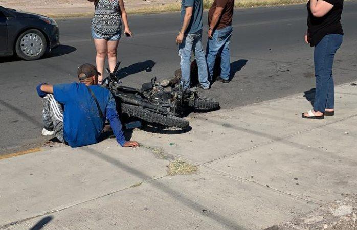 Omite motociclista alto y choca con auto; hay 2 heridos