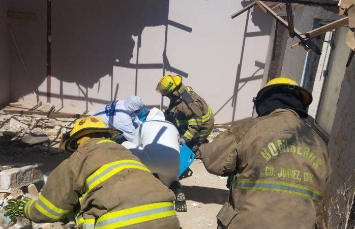 Auxilian bomberos y rescatistas en derrumbe de barda