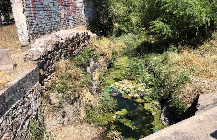 Denuncian arroyos con agua estancada