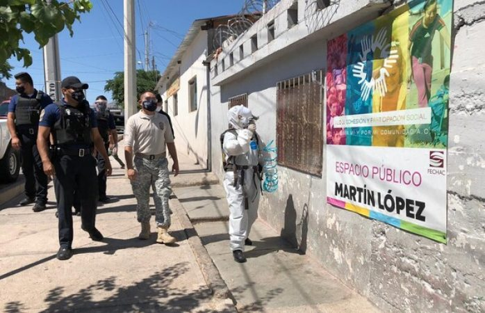 Sanitizan policías y bomberos albergue y asentamiento tarahumara el oasis
