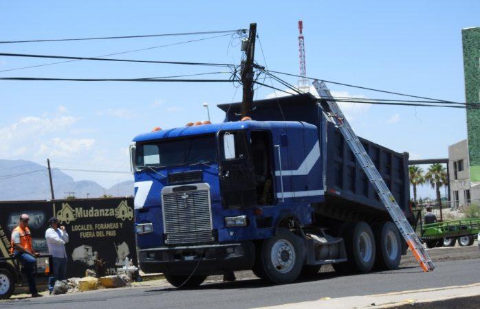Dompe derriba poste y cableado; afecta el servicio